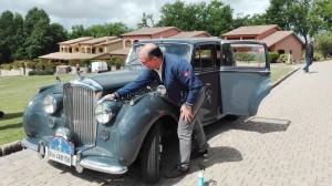 Carlo lucida la sua Bentley