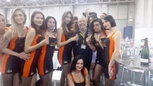 Roberto festeggiato dalle modelle di Supercar