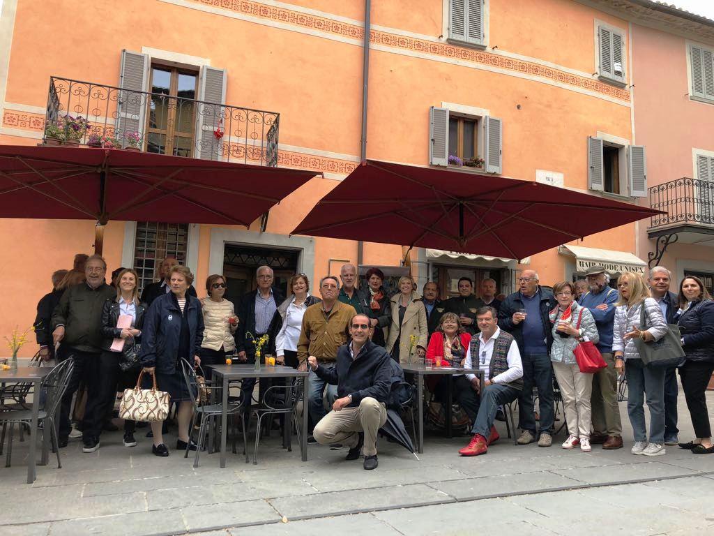 Foto di gruppo in piazza a Montone
