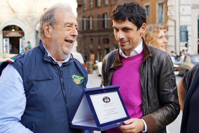 Roberto consegna al Sindaco di Perugia avv. Andrea Romizi una targa ricordo