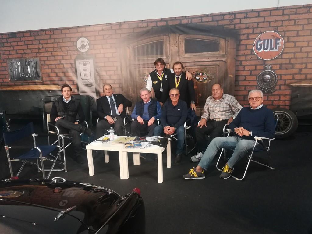 Tanti amici al nostro stand. Da sx, Claudio, Maurizio, Alessandro, Alfio, Tonino, Giulio. Dietro Tony e Massimo