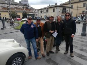 Nella piazza di Bracciano da sx: Umberto, Tonino, Massimo, Daniela e Tony