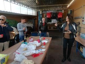 Flavia ha acceso la candelina sulla torta per festeggiare il compleanno di Bruno, Claudio sta aprendo lo spumante e Enzo sta chiamando a raccolta gli altri.