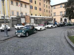 Schierate in piazza: la TR3A di Roberto, la Frog Eye di Massimo, la TR3 di Tony e la TR6 di Giovanni.