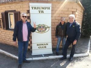 Giulio, Alfio e Roberto all'ingresso pronti ad accogliere gli amici per la festa.