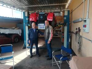 Roberto e Fabio accanto al cartello di auguri preparato dal grande Alfio